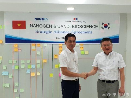 지난 21일 베트남 호치민 나노젠 본사에서 '나노젠과 단다바이오사이언스의 전략적 제휴' 체결식 이후 호냔 나노젠 대표(왼쪽)와 박영민 단디바이오사이언스 대표가 기념촬영을 하고 있다.