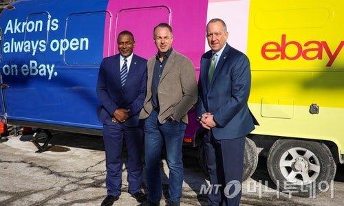 이베이 CEO 데빈 위니그(중앙), 애크런 시장 단 호리건(오른쪽)/사진=ebay