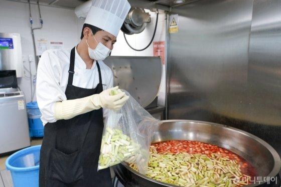 전처리된 채소를 이용해 조리하는 급식업체 직원