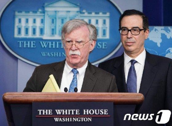 존 볼턴 백악관 NSC 보좌관이 28일 (현지시간) 워싱턴 백악관에서 스티븐 므누신 재무장관과 함께 베네수엘라 사태 관련 기자 브리핑을 하고 있다. © AFP=뉴스1 © News1 우동명 기자