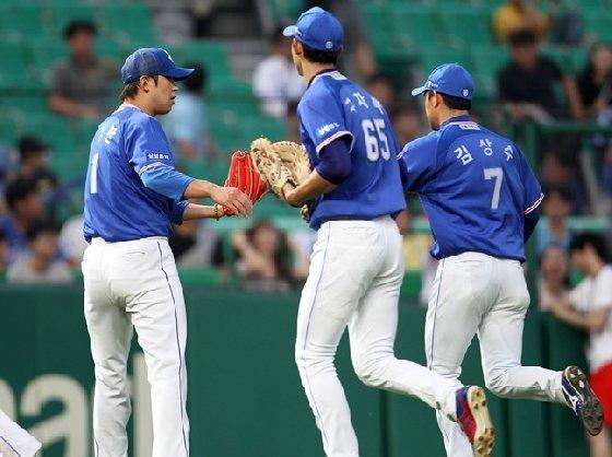 삼성 라이온즈 윤성환(왼쪽)과 김상수(오른쪽). /사진=삼성 라이온즈 제공<br /> <br />