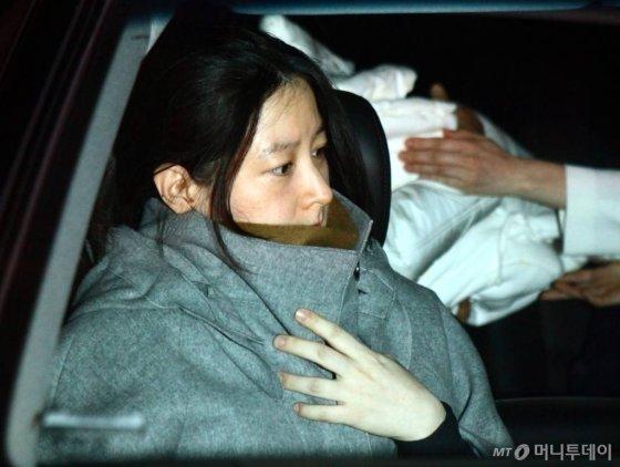 배우 이영애가 지난 20일 오전 아들·딸 이란성 쌍둥이를 출산한 가운데 23일 자정 서울 묵적동 제일병원에서 퇴원하고 있다. /사진=홍봉진 기자