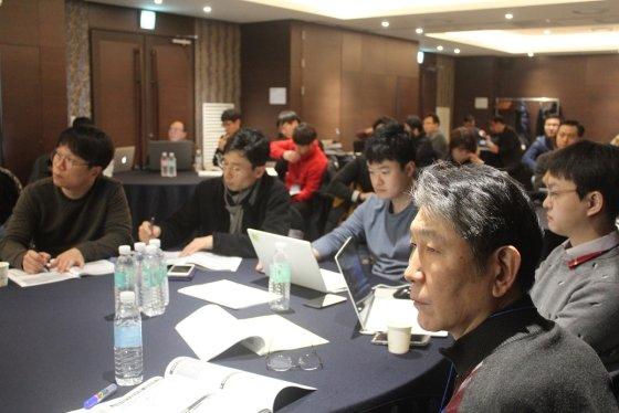 워크숍에 참석한 2기 창업팀이 프로그램을 주의 깊게 듣고 있다.