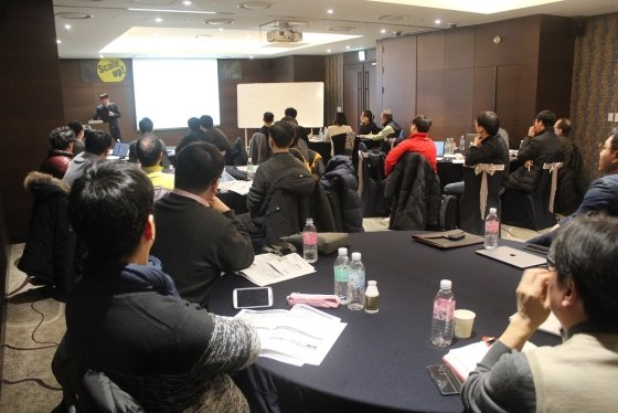 20개 창업팀이 정부 사업 설명회를 들으며 자금 확보 전략을 세우고 있다.