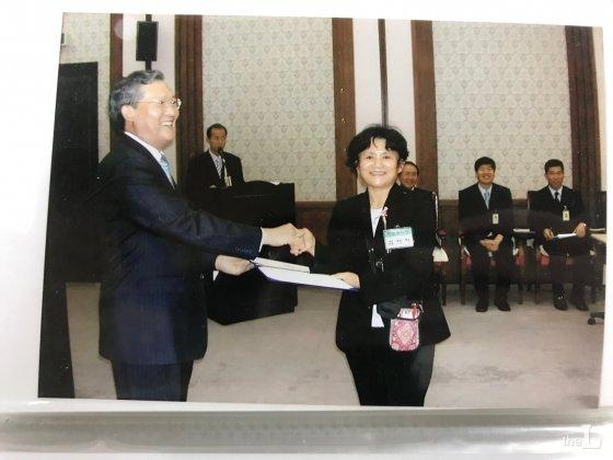 김애자씨가 2007년 박송하 전 서울고법원장에게 자원봉사자 임명장을 받고 있다. 박 전 고법원장은 자원봉사자 한 명 한 명에게 직접 임명장을 수여했다고 한다./사진=김애자씨 제공