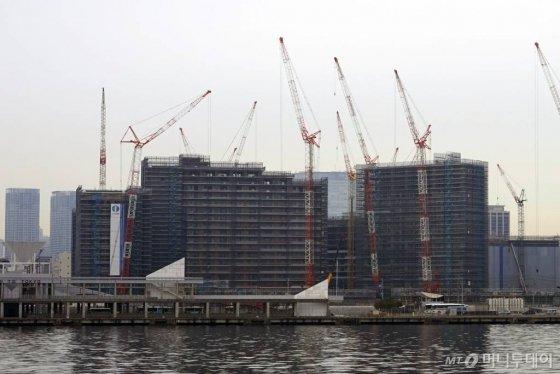 지난 31일 일본 도쿄 하루미지구에서 올림픽 선수촌(올림픽 빌리지)이 건설 중이다 /사진=김남이 기자