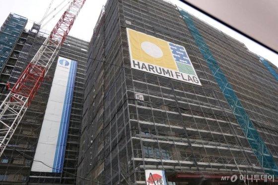 지난 31일 일본 도쿄 하루미지구에서 올림픽 선수촌(올림픽 빌리지)이 건설 중이다. /사진=김남이 기자