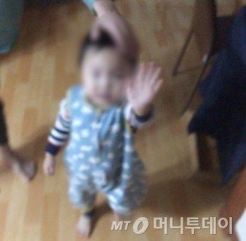 """""""빠이빠이빠"""" 혜령이의 마지막 인사. 손짓이 역동적이다./사진=남형도 기자"""