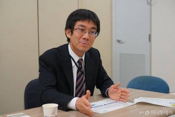 지난달 31일 일본 도쿄 지요다구 경제산업성 별관에서 무타 토루 경제산업성 수소연료전지전략실 과장 보좌가 일본의 수소사회 전략에 대해서 이야기하고 있다./사진=김남이 기자