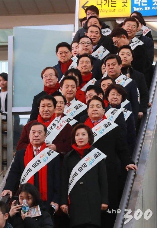 김병준 비대위원장, 나경원 원내대표 등 자유한국당 의원 및 관계자들이 1일 오전 서울역을 찾아 귀성객들에게 인사를 하기 위해 승강장으로 이동하고 있다. /사진=이동훈 기자