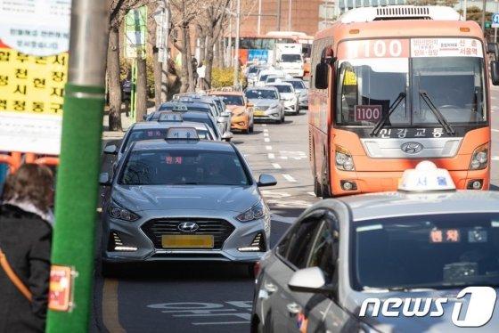 서울역 인근 도로에 택시들이 승객을 태우기 위해 줄지어 서 있다. 사진=뉴스1