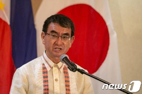 필리핀을 방문 중인 고노 다로 일본 외무상이 10일(현지시간) 기자회견을 하고 있다. © AFP=뉴스1