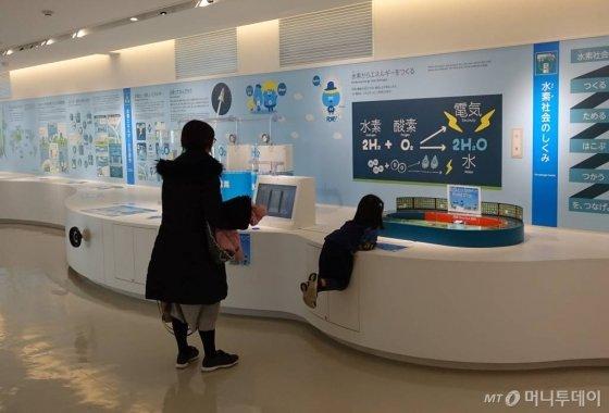 지난달 30일 도쿄 고토구 수소정보관 '도쿄 스이소미루'에서 관람객이 수소 생성 체험을 하고 있다./사진=김남이 기자