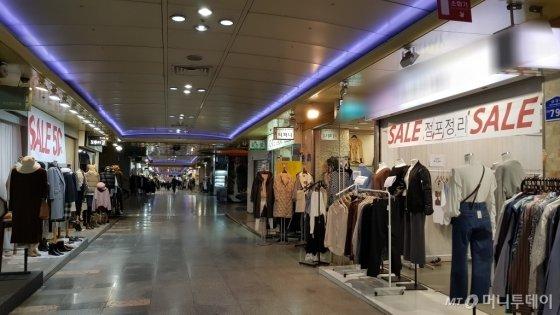 춘천지하쇼핑몰 내부 모습. 오른쪽에 '점포정리'라는 글귀가 눈에 띈다./사진= 박미주 기자