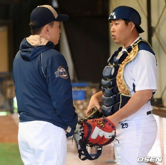 NC 이동욱(왼쪽) 감독-양의지.  /사진=OSEN