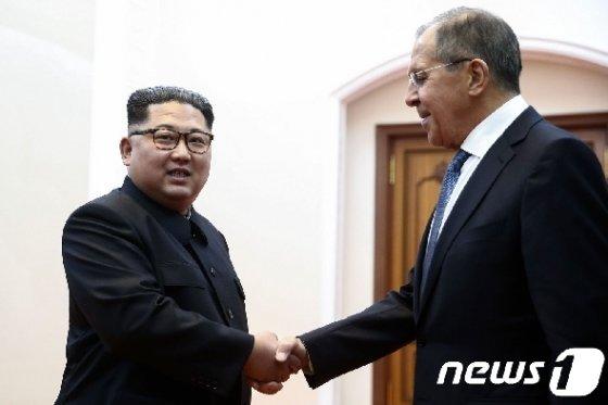 김정은 북한 국무위원장과 세르게이 라브로프 러시아 외무장관 © AFP=뉴스1 © News1 우동명 기자