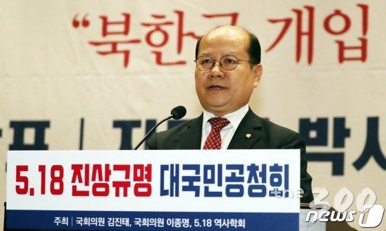 이종명 자유한국당 의원이 8일 서울 여의도 국회 의원회관에서 열린 5.18 진상규명 대국민공청회에서 축사를 하고 있다. 이날 토론회에서 지만원씨가 '5.18 북한군 개입  여부 중심으로'란 주제로 발표를 했다. /사진=뉴스1