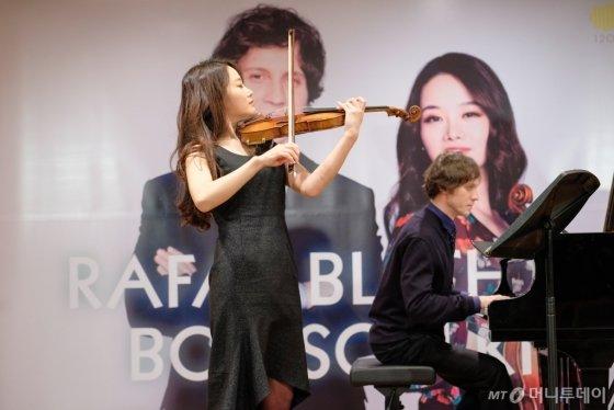 라파우 블레하츠(피아노, 오른쪽)와 김봄소리(바이올린). /사진제공=크레디아