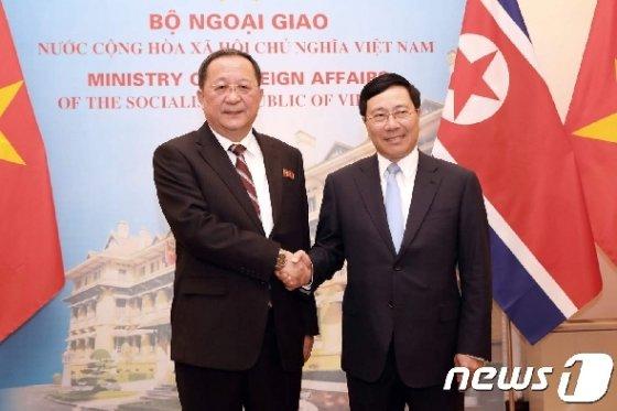 팜 빈 민 베트남 부총리 겸 외교장관(오른쪽)과 리용호 북한 외무상이 지난해 11월30일 하노이에서 만나 악수를 나누고 있다. © AFP=뉴스1