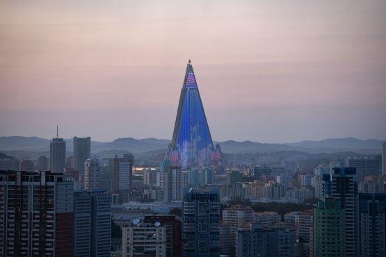 북한 평양의 풍경. 가운데 높이 솟은 것이 류경호텔이다. /AFPBBNews=뉴스1