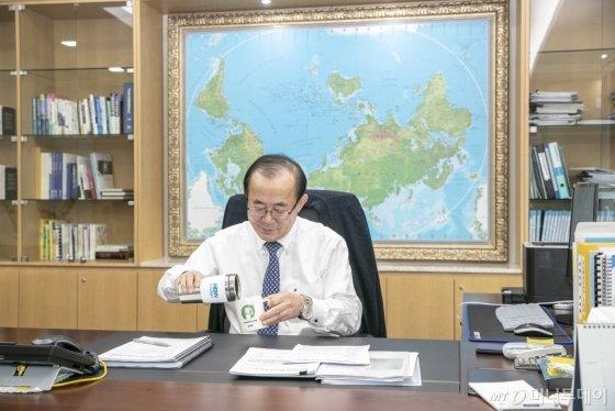 유향열 한국남동발전 사장이 플라스틱 일회용품 사용을 줄이기 위해 텀블러와 머그컵을 사용하고 있다./사진제공=남동발전