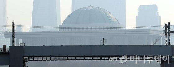 서울 여의도 국회의사당이 안개와 미세먼지로 뿌옇게 보인다./사진=뉴스1