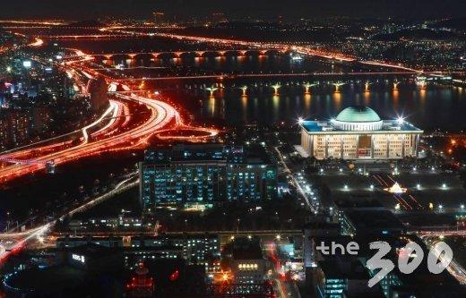 밤에도 환하게 불이 켜진 서울 여의도 국회의사당/사진=이동훈 기자<br>