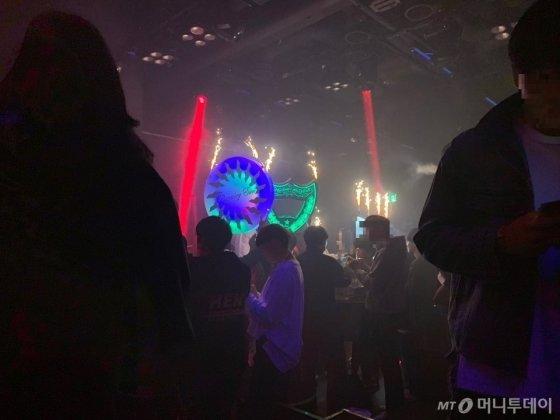 경찰이 강남 소재 유명 클럽 '버닝썬'을 압수수색한 14일 영업일인 이날 손님 200여명이 클럽을 찾았다. /사진=임찬영 기자