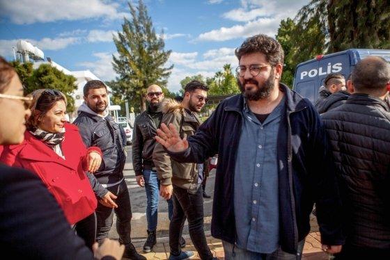지난 4일 북키프로스터키공화국의 양심적 병역거부자 하릴 카라파사오글루가 수도 니코시아의 군법원 앞에서 지지자들에게 손을 흔들고 있다. /AFPBBNews=뉴스1
