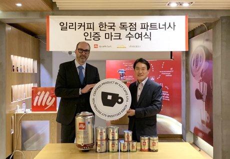 (왼쪽부터) 피에트로 마테오니(Pietro Mattioni)  illy cafféS.p.A 글로벌 사업총괄 디렉터, 신봉환 큐로홀딩스 커피사업 부분 총괄사장 /사진제공=큐로홀딩스