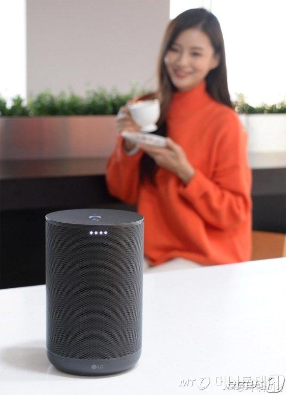 LG전자가 21일 프리미엄 인공지능 스피커 'LG 엑스붐 AI 씽큐(ThinQ)(모델명:WK7)'를 국내 출시했다. LG전자의 독자적인 오디오 기술뿐만 아니라 영국 명품 오디오 브랜드 '메리디안 오디오(Meridian Audio)'의 뛰어난 기술을 더해 최상의 사운드를 구현한다. LG 엑스붐 AI 씽큐 사용자는 가수의 음성을 깨끗하게 들을 수 있는 '목소리 보정(Clear Vocal) 모드'와 풍부한 중저음을 강화할 수 있는 '저음 강화(Enhanced Bass) 모드'를 선택할 수 있다. /사진=뉴스1