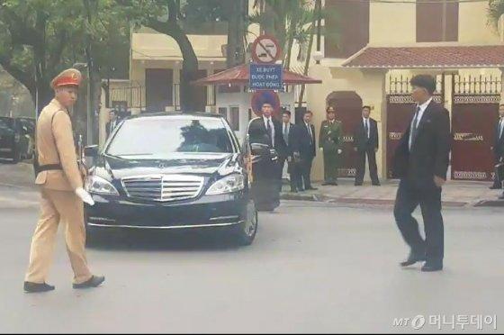 하노이 주재 북한 대사관 앞에 도착한 김정은 북한 국무위원장을 태운 차량. /사진=김평화 기자