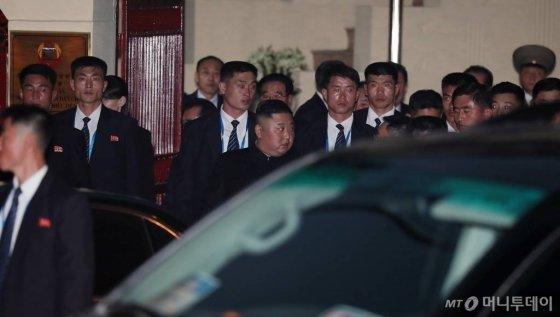 북미 정상회담을 하루 앞둔 26일 김정은 북한 국무위원장이 베트남 첫 일정으로 하노이에 위치한 북한 대사관 방문을 마친 뒤 차량으로 이동하고 있다. /사진=김창현 기자