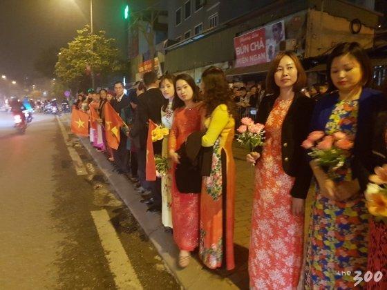 26일 JW메리어트 호텔 건너편에 몰린 베트남 하노이 시민들/사진=김평화 기자