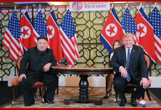 조선중앙통신이 지난달 28일 2일째 북미 정상회의를 전하면서 게재한 북미 정상의 회동 모습.(사진=조선중앙통신)