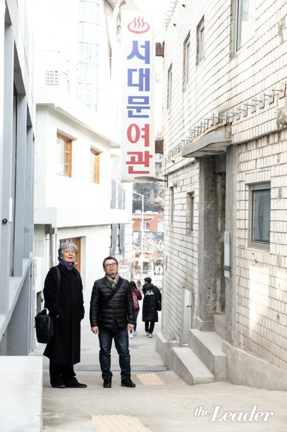 ▲돈의문 박물관 마을 골목에서 민현식(왼쪽) 대표와 장윤규 대표가 이야기를 나누고 있다.