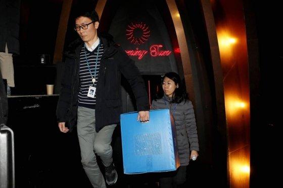 경찰이 지난달 14일 오후 서울 강남구 클럽 버닝썬에서 마약 투약과 경찰과의 유착 의혹에 대한 압수수색을 마친 후 압수품을 옮기고 있다. / 사진=뉴시스