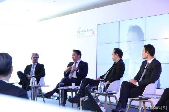 최태원 SK그룹 회장(왼쪽 두번째)이 지난달 24일(현지시각) 스위스 다보스 벨베데르 호텔에서 '기업 가치에 대한 새로운 접근'이란 주제로 열린 세션에서 지속 가능한 성장의 방법론으로 사회적 가치 추구 경영에 대해 토론하고 있다./사진제공=SK