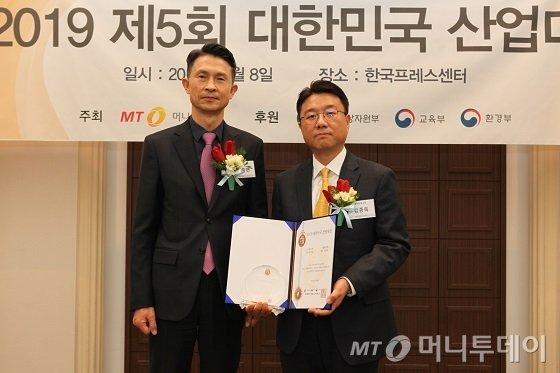 김종욱 솔라루체 상무(사진 오른쪽)가 '신기술대상 5년 연속상'을 수상한 뒤 박종면 머니투데이 대표와 기념사진을 찍고 있다/사진=중기협력팀 오지훈 기자