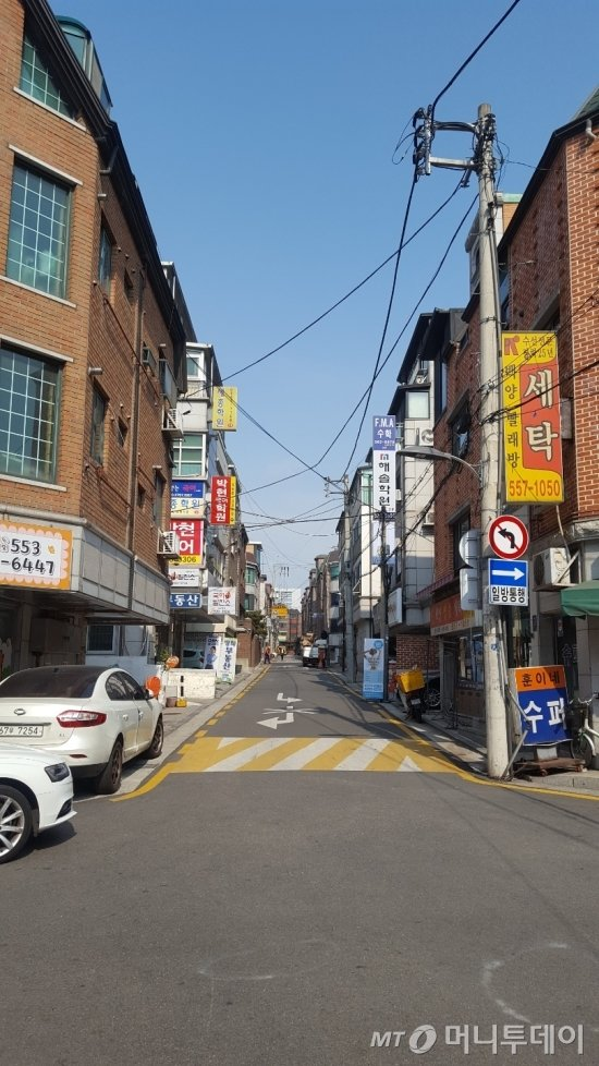 장범준 소유 건물 인근 주택가에 학원들이 들어서 있다. /사진=송선옥 기자