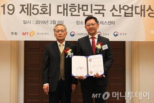성준호 대원씨앤씨 대표(사진 오른쪽)가 '기술혁신대상'을 수상한 뒤 도영봉 머니투데이 부사장과 기념사진을 찍고 있다/사진=중기협력팀