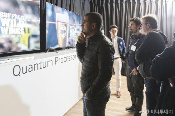 삼성전자가 2019년형 QLED TV를 출시하며 7일 유럽을 필두로 4월말까지 전 세계 주요 지역에서 '글로벌 테크 세미나'를 개최한다.삼성전자 직원이 2019년형 QLED TV의 핵심 기술에 대해 설명하고 있다<br>/사진제공=삼성전자