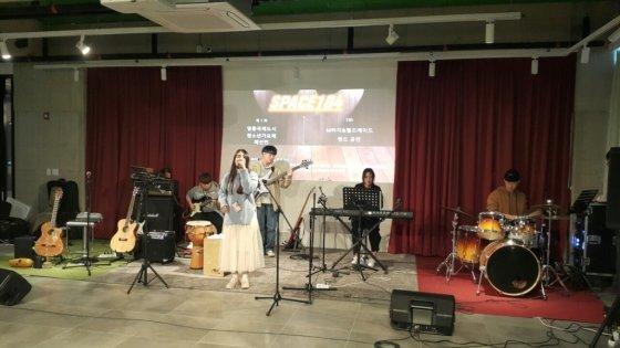 혼성5인조밴드인 동그라미가 영종 청소년가요제 예선 경연을 펼치고 있다/사진제공=영종뉴스