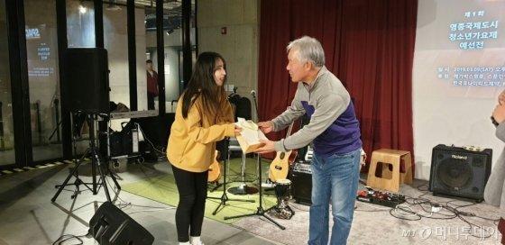 정현식 M터치 회장이 영종 청소년가요제 예선출전자인 황지현 학생을 격려하고 있다/사진제공=영종뉴스