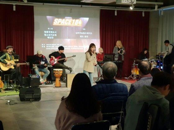 메가박스영종 '스페이스184'의 정기공연 밴드인 M터치&월드에이드가 멋진 새로운 공연곡으로 관객들에게 즐거움을 주고 있다/사진제공=M터치
