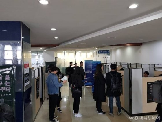 지난 4일 서울 서대문구 연세대에서 열린 삼성전자 채용상담회에서 취업준비생들이 대기하고 있다./사진=이정혁 기자