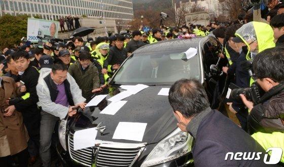 사자명예훼손 혐의로 재판에 넘겨진 전두환 전 대통령이 탑승한 차량이 11일 오후 광주 동구 지산동 광주지방법원을 나서고 있다./뉴스1
