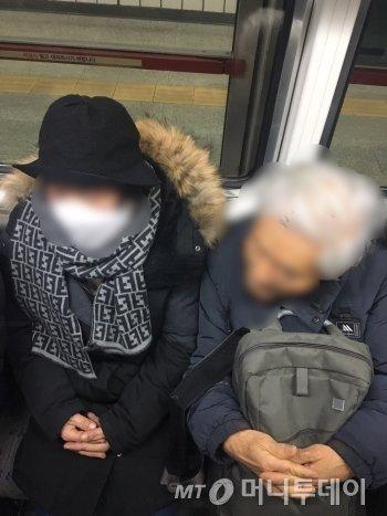 """지하철 좌석 하나가 비자, 할아버지는 재빨리 할머니를 앉게 했다. 옆자리도 다행히 비어, 나란히 앉았다. 스마트폰서 눈을 떼고, 이 광경을 눈에 담았다. 아내에게 """"이렇게 나이들고 싶다""""고 했다./사진=흐뭇한 남형도 기자"""
