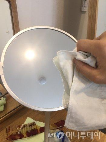아내가 쓰는 화장대 거울에 먼지가 쌓여 있길래, 뽀득뽀득 닦았다. 늘 머무르는 공간이지만, 늘 똑같은 건 아니다. 관심을 갖고 본다면./사진=남형도 기자