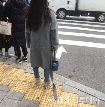 횡단보도서 대기하던 여성. 코트끈이 떨어졌기에 알려줬다./사진=남형도 기자